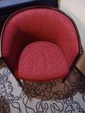 エンジ色の椅子