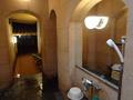 御所坊の半露天・半混浴式大浴場「金郷泉」浴室の様子