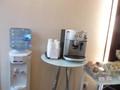 フロントに クララの水とコーヒー