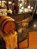受付カウンター&樽ワインあり!
