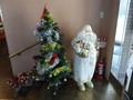 真っ白サンタとツリーがお出迎え!
