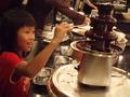 チョコレートファウンテンに子供達は大喜び