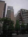 川崎市役所の前にあります。