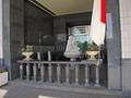 ホテル入口脇の彫刻