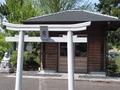 駐車場の隅の方にある、神社の鳥居です