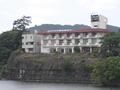 対岸からのホテル外観