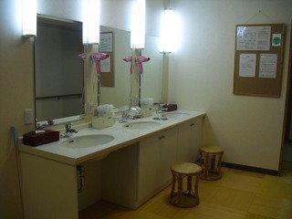 檜風呂の脱衣所の洗面所