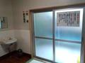 内風呂の入り口と洗面台