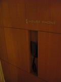エレベータの横には電話が