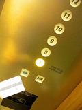 エレベーターにはセキュリティーカードをかざして!