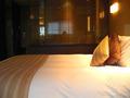 ソファーから見たベッド【ホテル イル・パラッツォ】