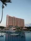 プール越しに見るホテル