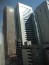 窓から見る高層ビル