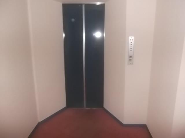 小さめのエレベーター1基あります。ラッシュ時は階段を利用しましょう。