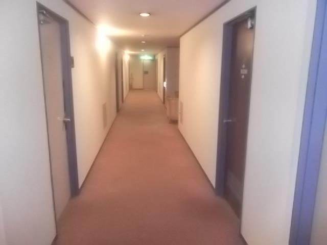 4階廊下。部屋は川側が多くありますが、数室は道路側もあります。