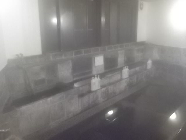 洗い場・カランがありません。鏡前の溝のお湯を利用します。