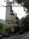 国道1号線沿いに建てられているホテルの外観です。ホテルの左手が早川です。