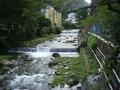 天成園 建物正面を流れる川