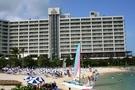 ホテルのプライベートビーチから見た外観