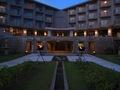 リゾートの夜に灯るホテルの明かり
