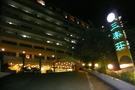 坂道の上にあるホテル