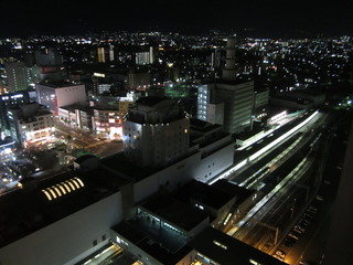 部屋から見る夜の駅