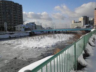 ホテルの前の川