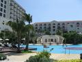 青い空に映える素敵なホテル