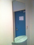 部屋入口の鏡