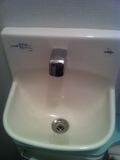 共同トイレ内の洗面台
