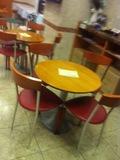 ロビーの椅子と丸テーブル