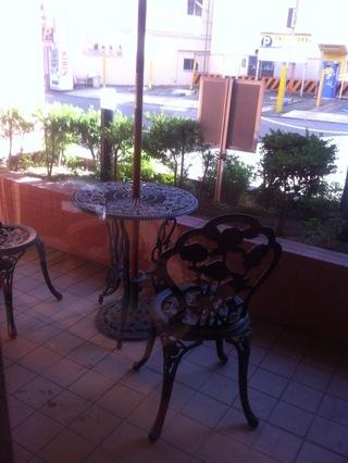 ホテル玄関横にテーブルと椅子