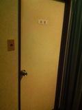 共同バスルームの入口