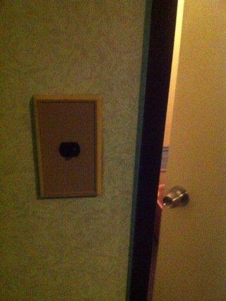 共同バスルームの照明スイッチ