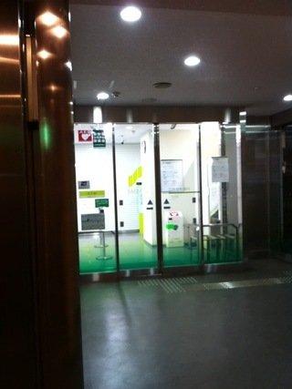 1階エレベータ前は銀行入口