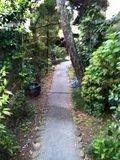 正門から宿の入口までの通路