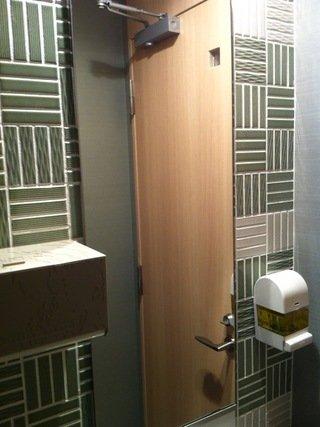 ロビー階のトイレの洗面鏡