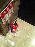 ロビー喫煙コーナーに消火器