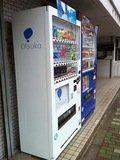 ホテル入口横のドリンク自動販売機