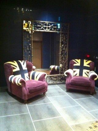 ホテル1階の玄関の椅子と鏡
