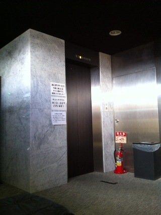 ロビーから客室階へのエレベータ