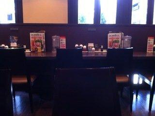 朝食会場の椅子とテーブル