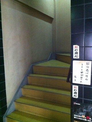 ロビーから客室フロアへの移動階段