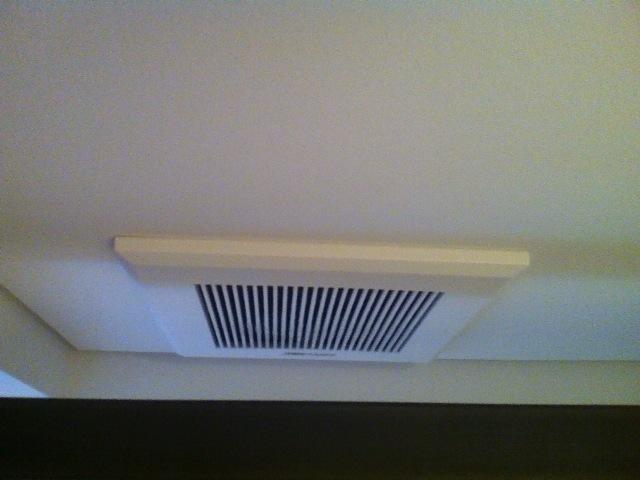 ベッドの頭上の換気扇