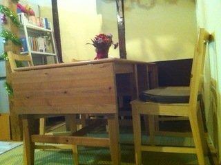 ロビーのテーブルと背もたれ付き椅子