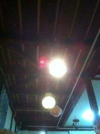 ロビーの天井の大きな照明