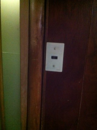 共同トイレの照明スイッチ