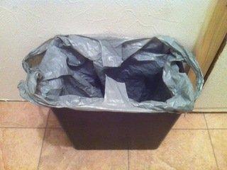 ドミトリールームフロアの共同トイレのゴミ箱