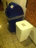 ドミトリールーム入口のゴミ箱