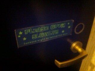 ドミトリールームフロア入口扉の注意書き